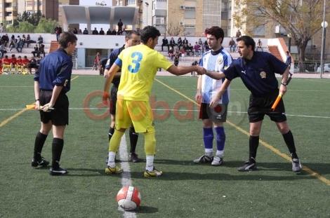 Manuel Guardia saludando a un jugador antes de un partido